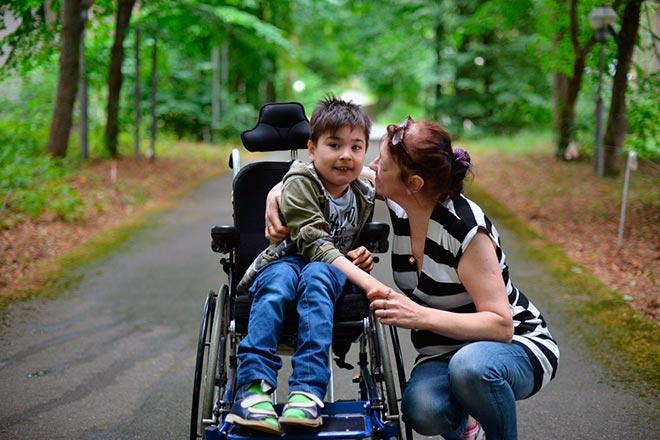 Мама на прогулке с сыном