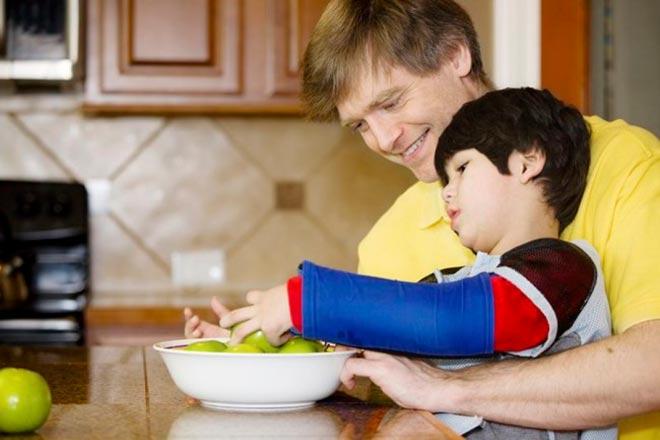 Папа с сыном моют яблоки
