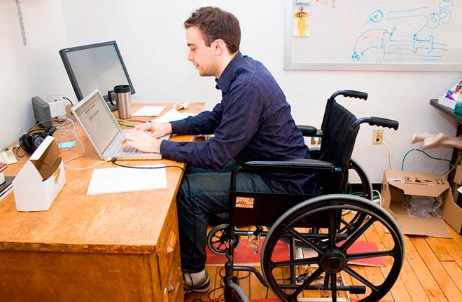 Работа в офисе в инвалидном кресле
