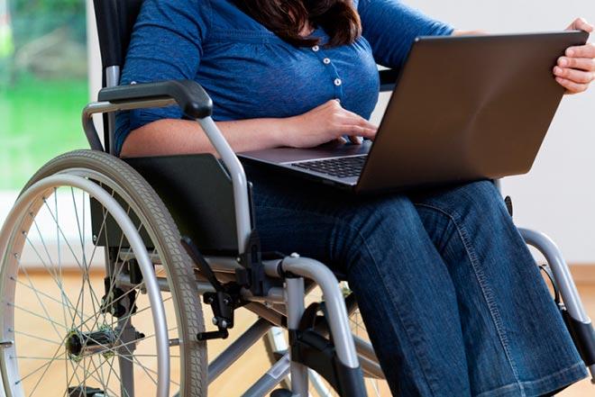 Работа за ноутбуком в инвалидной коляске